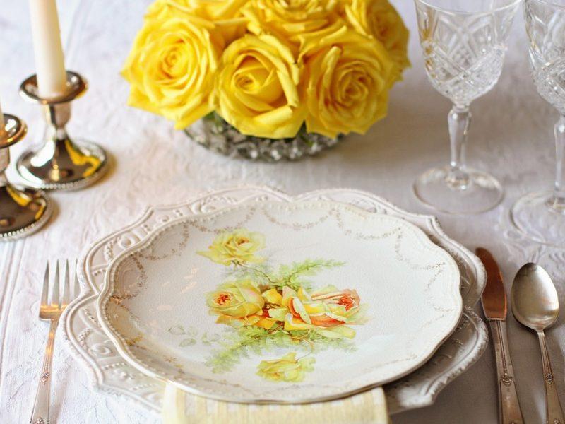 Avoir une salle exceptionnelle avec des tables bien décorées pour le Nouvel An
